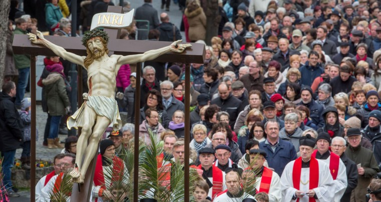 Believers carry figurative representations from the Passion of Jesus during a Palm Sunday procession in Heiligenstadt, central Germany, on March 20, 2016. (AFP PHOTO / DPA / Michael Reichel)