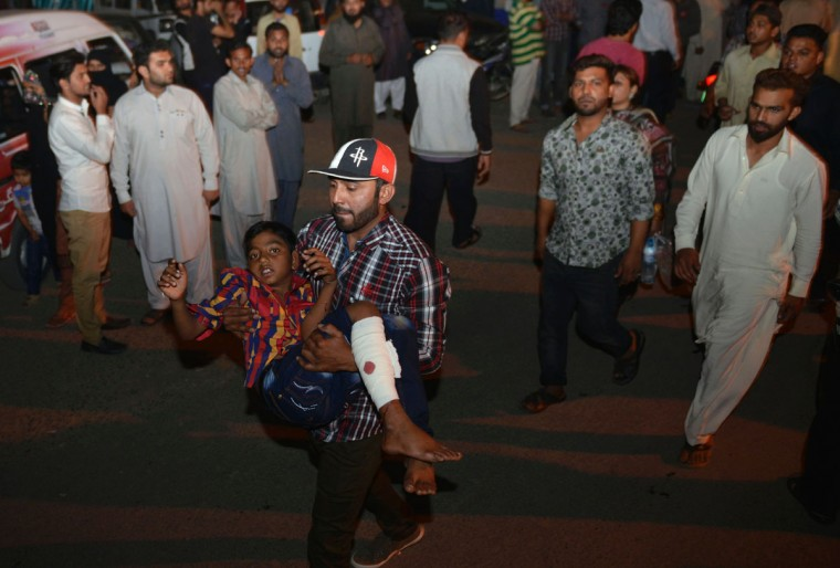A Pakistani relative carries an injured child to the hospital in Lahore on March 27, 2016, after at least 56 people were killed and more than 200 injured when an apparent suicide bomb ripped through the parking lot of a crowded park in the Pakistani city of Lahore where Christians were celebrating Easter. (AFP PHOTO / ARIF ALI)