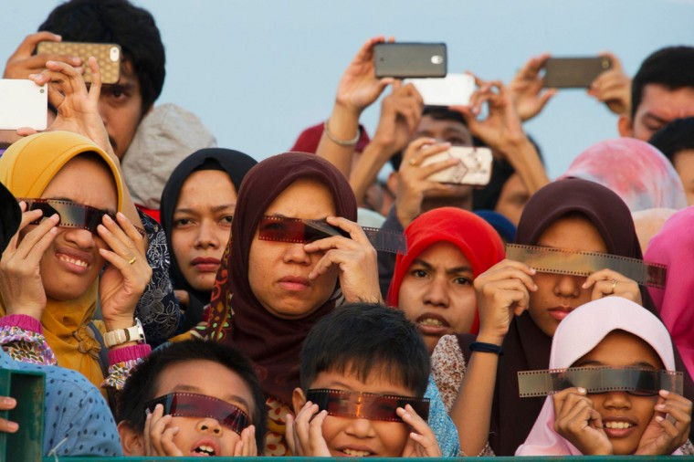 Acehnese people watch the total solar eclipse in Banda Aceh on March 9, 2016. (CHAIDEER MAHYUDDIN/AFP/Getty Images)