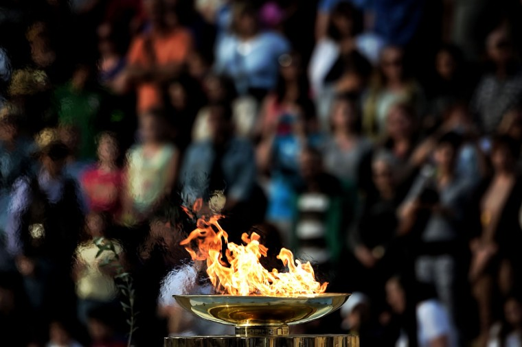 A picture taken on April 27, 216 shows the Olympic flame burning in a cauldron during the handover ceremony at the Panathinean stadium in Athens. Greece on April 27 handed over to Brazilian officials the Olympic flame of the Rio Games as the 100-day countdown to the August 5 opening ceremony begins. (AFP Photo/Aris Messinis)