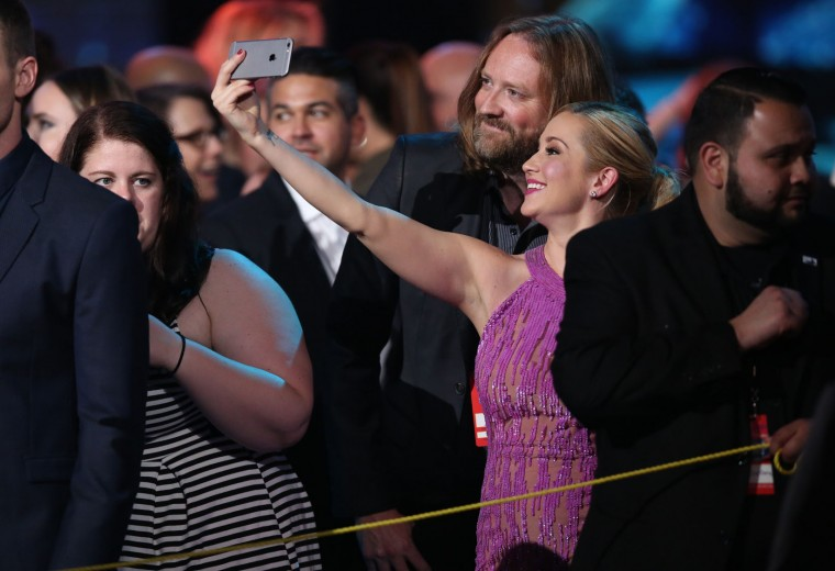 "Kellie Pickler takes a selfie at the ""American Idol"" farewell season finale at the Dolby Theatre on Thursday, April 7, 2016, in Los Angeles. (Photo by Matt Sayles/Invision/AP)"