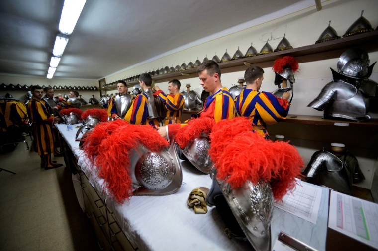New Vatican Swiss Guards put on and adjust their uniforms prior to a swearing-in ceremony in Vatican City, on May 6, 2016. The annual swearing in ceremony for the new papal Swiss guards takes place on May 6, commemorating the 147 who died defending Pope Clement VII on the same day in 1527. (AFP Photo/Filippo Monteforte)