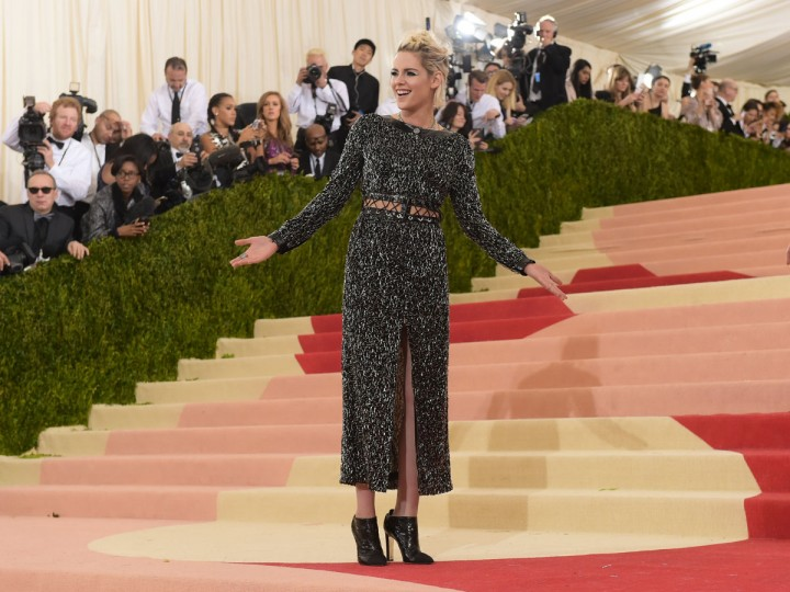 """Sienna Miller arrives at The Metropolitan Museum of Art Costume Institute Benefit Gala, celebrating the opening of """"Manus x Machina: Fashion in an Age of Technology"""" on Monday, May 2, 2016, in New York. (Photo by Charles Sykes/Invision/AP)"""