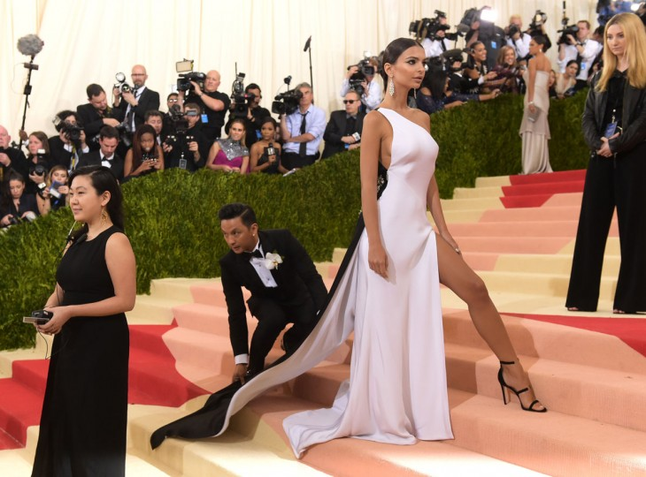 """Emily Ratajkowski arrives at The Metropolitan Museum of Art Costume Institute Benefit Gala, celebrating the opening of """"Manus x Machina: Fashion in an Age of Technology"""" on Monday, May 2, 2016, in New York. (Photo by Charles Sykes/Invision/AP)"""
