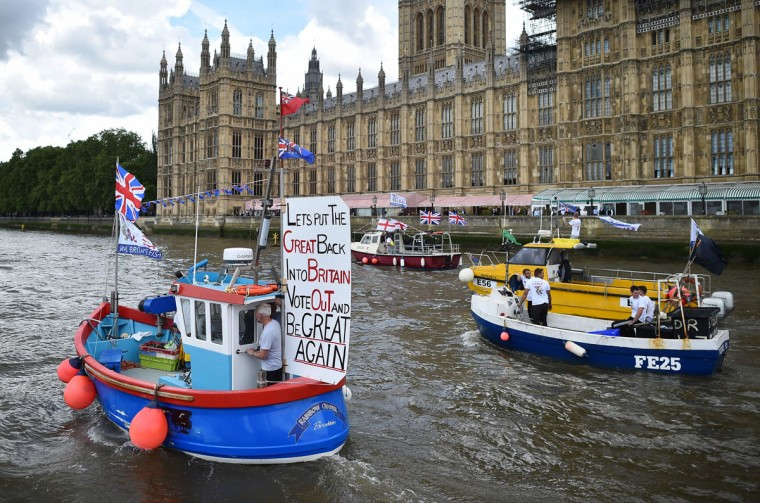A Brexit flotilla of fishing boats passes the Houses of Parliament as it sails up the river Thames in London on June 15, 2016. A Brexit flotilla of fishing boats sailed up the River Thames into London today with foghorns sounding, in a protest against EU fishing quotas by the campaign for Britain to leave the European Union. (AFP PHOTO / BEN STANSALL)