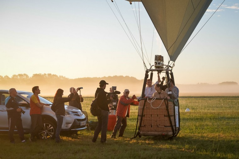 A hot air ballon carrying French trapeze artist Isabelle Ponsot prepares to take off for Ponsot to perform while hanging from the balloon above Chatellerault on Junes 22, 2016. (GUILLAUME SOUVANT/AFP/Getty Images)