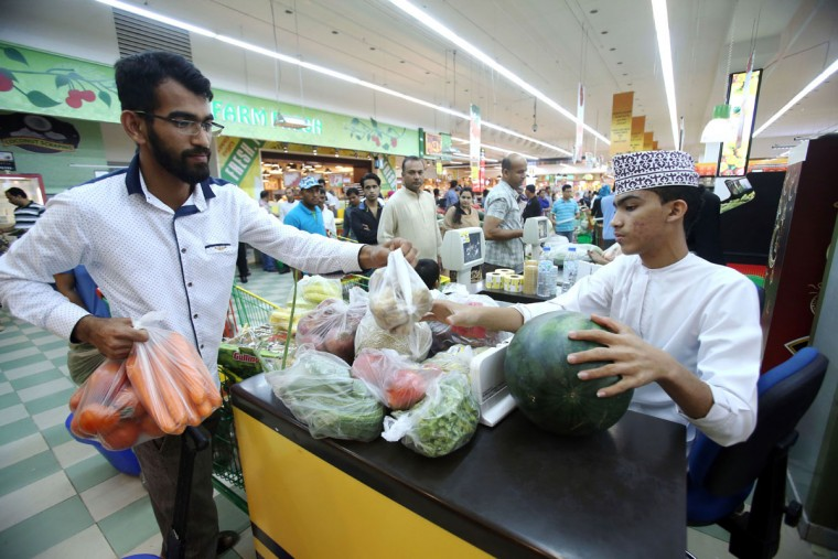 Muslims do some shopping at a supermarket in the Omani capital Muscat on June 3, 2016, as the faithful prepare for the start of the Muslim holy fasting month of Ramadan. More than 1.5 billion Muslims around the world will mark the month, during which believers abstain from eating, drinking and smoking from dawn until sunset. / (AFP Photo/Mohammed Mahjoub)