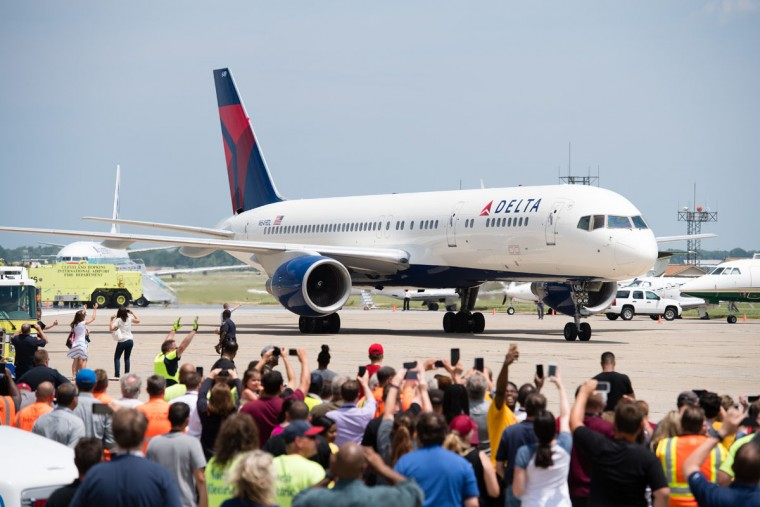 The plane carrying Cleveland Cavaliers players return to Cleveland after winning the NBA Championship on June 20, 2016 in Cleveland, Ohio. (Photo by Jason Miller/Getty Images)