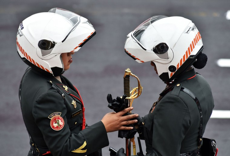 Female motoriced police officers talk during a military parade to celebrate Peru¥s Independence Day in Lima on July 29, 2016. / (AFP Photo/Cris Bouroncle)