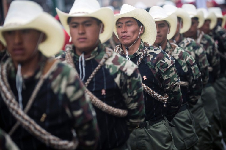 Members of the self-defense commities take part in a military parade to celebrate Peru¥s Independence Day in Lima on July 29, 2016. / (AFP Photo/Ernesto Benavides)
