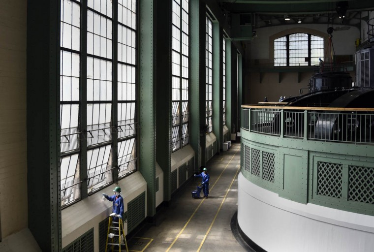 Workers clean over 3000 windows on the tailrace side of turbine hall at the Exelon Conowingo Hydroelectric Plant, which has been producing electricity on the Susquehanna River since 1928. (Barbara Haddock Taylor, Baltimore Sun)
