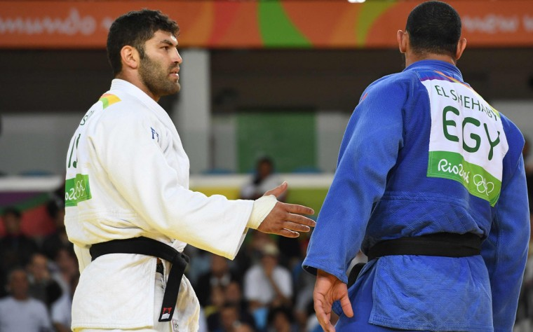 Israel's Or Sasson (white) competes with Egypt's Islam Elshehaby during their men's +100kg judo contest match of the Rio 2016 Olympic Games in Rio de Janeiro on August 12, 2016. / (AFP Photo/Toshifumi Kitamura)