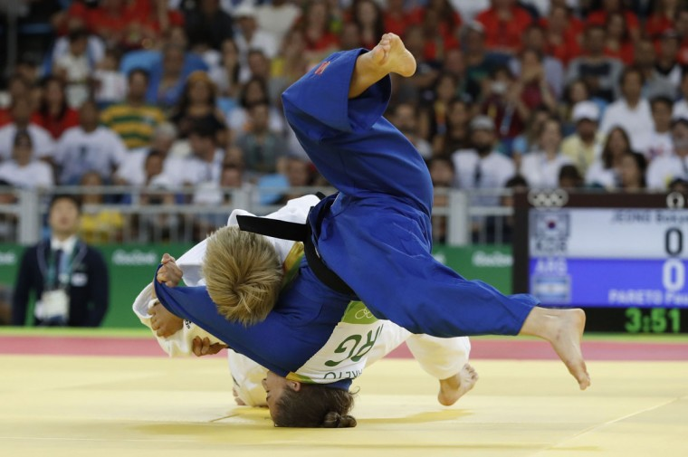 Argentina's Paula Pareto (blue) competes with South Korea's Jeong Bokyeong during their women's -48kg judo contest gold medal match of the Rio 2016 Olympic Games in Rio de Janeiro on August 6, 2016. (AFP PHOTO / Jack GUEZ)
