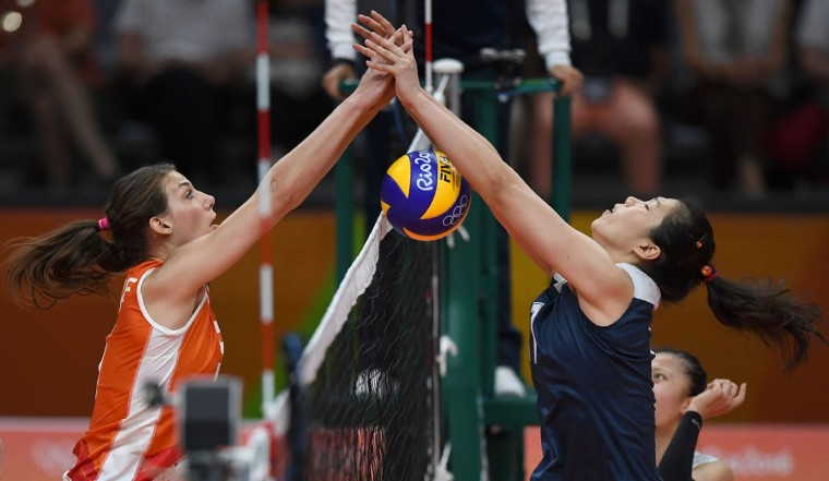 Netherlands' Yvon Belien (L) vies with China's Xu Yunli during the women's qualifying volleyball match between China and the Netherlands at the Maracanazinho stadium in Rio de Janeiro on August 6, 2016. (AFP PHOTO/PEDRO UGARTE)