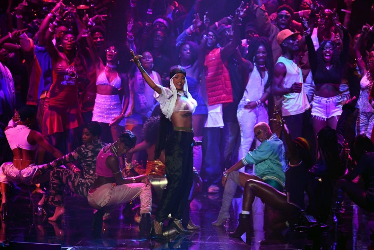 Singer Rihanna (C) performs on stage during the 2016 MTV Video Music Award at the Madison Square Garden in New York on August 28, 2016. (Jewel Samad/AFP/Getty Images)