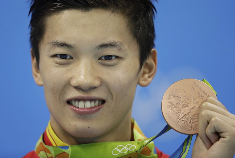 China's Wang Shun shows off his bronze medal during the medal ceremony for the men's 200-meter individual medley final during the swimming competitions at the 2016 Summer Olympics, Thursday, Aug. 11, 2016, in Rio de Janeiro, Brazil. (AP Photo/Michael Sohn)