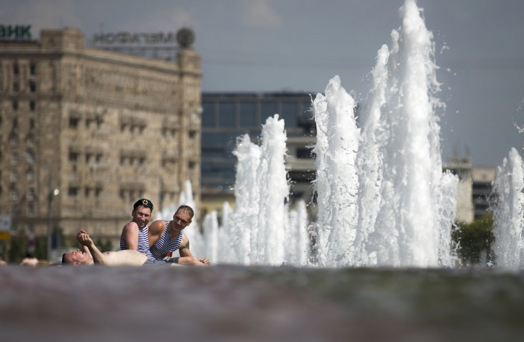 Former Russian paratroopers cool themselves in a fountain while celebrating Paratroopers Day in a fountain in Moscow, Russia, Tuesday, Aug. 2, 2016. Russian Paratroopers' Forces celebrate the 86th anniversary of the establishment of Russia's airborne forces. (AP Photo/Alexander Zemlianichenko)