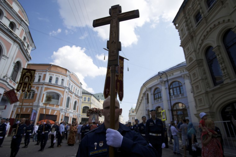 A soldier holds an Orthodox cross during celebrations of Paratroopers Day in Moscow, Russia, on Tuesday, Aug. 2, 2016. Russian Paratroopers' Forces celebrate the 86th anniversary of the establishment of Russia's airborne forces. (AP Photo/Ivan Sekretarev)