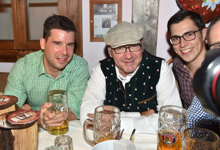 Actor Kevin Spacey Fowler and friends in the Kaeferschaenke beer tent during the Oktoberfest at Theresienwiese on September 24, 2016 in Munich, Germany. (Photo by Hannes Magerstaedt/Getty Images)