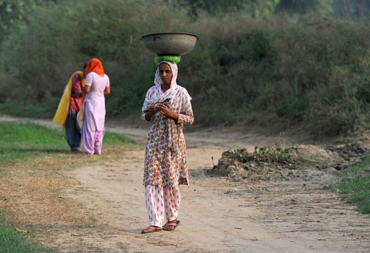 Women walk near the India-Pakistan border in Suchit-Garh,southwest of Jammu,on September 30,2016. India evacuated thousands of people living near the border with Pakistan on September 30, a day after carrying out strikes along the de-facto frontier in disputed Kashmir that have dramatically escalated tensions between the nuclear-armed neighbours. / (AFP Photo/Tauseef Mustafa)