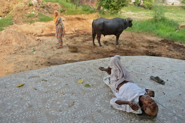 An elderly man rests outside a house near the India-Pakistan border in Suchit-Garh,southwest of Jammu,on September 30,2016. India evacuated thousands of people living near the border with Pakistan on September 30, a day after carrying out strikes along the de-facto frontier in disputed Kashmir that have dramatically escalated tensions between the nuclear-armed neighbours. / (AFP Photo/Tauseef Mustafa)