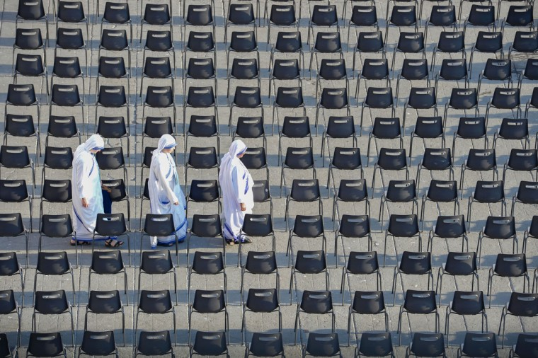 Sisters of Charity arrive to attend the holy mass and Canonisation of Mother Teresa of Kolkata, on St. Peter square in the Vatican, on September 4, 2016. Mother Teresa, the celebrated nun whose work with the poor of Kolkata made her an instantly recognisable global figure, will be proclaimed a saint on September 4, 2016. Pope Francis will preside over a solemn canonisation mass in the presence of 100,000 pilgrims and with a giant haloed portrait of Teresa smiling down from St Peter's Basilica. (AFP PHOTO / ANDREAS SOLARO)