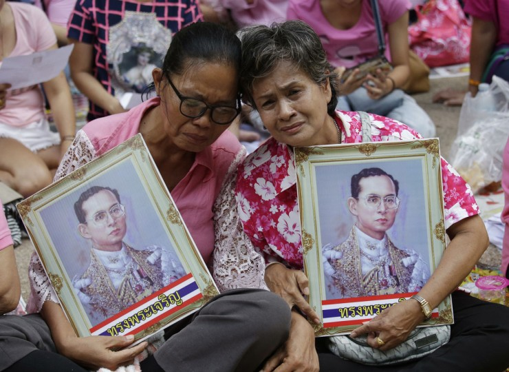Thais cry as they pray for Thailand's King Bhumibol Adulyadej at Siriraj Hospital where the king is being treated in Bangkok, Thailand, Thursday, Oct. 13, 2016. The royal palace said in a statement late Wednesday that the 88-year-old king's blood pressure had dropped, his liver and kidneys were not working properly and he remained on a ventilator. (AP Photo/Sakchai Lalit)