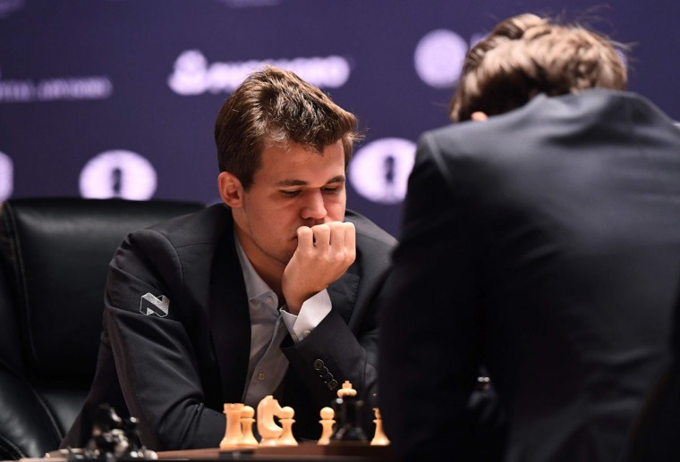 Chess grandmaster Magnus Carlsen (L) of Norway and current World Chess Champion and challenger Sergey Karjakin of Russia concentrate during their World Chess Championship 2016 round 1 match in New York on November 11, 2016. / (AFP Photo/Jewel Samad)