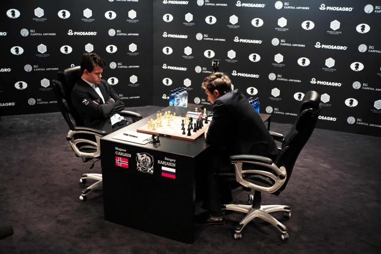 Chess grandmaster Magnus Carlsen of Norway (L) and current World chess champion and challenger Sergey Karjakin of Russia concentrate during their World Chess Championship 2016 round 1 match in New York on November 11, 2016.6. / (AFP Photo/Jewel Samad)