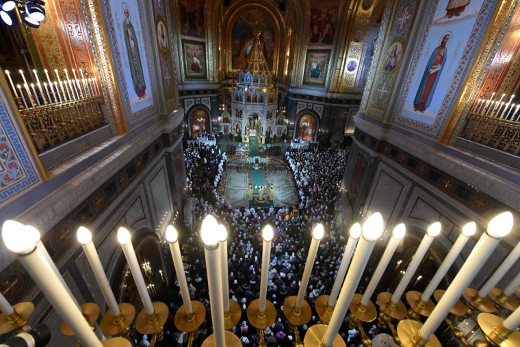 Russian Orthodox believers attend a Christmas service in Christ the Savior cathedral in Moscow early on January 7, 2017. Orthodox Christians celebrate Christmas on January 7 in the Middle East, Russia and other Orthodox churches that use the old Julian calendar instead of the 17th-century Gregorian calendar adopted by Catholics, Protestants, Greek Orthodox and commonly used in secular life around the world (AFP PHOTO / Kirill KUDRYAVTSEV)