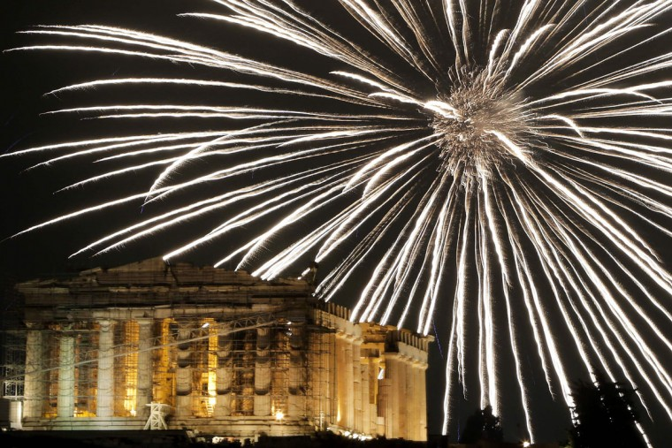 Fireworks explode above the ancient Parthenon temple atop the Acropolis hill during New Year celebrations in Athens on January 1, 2017. (AFP PHOTO / ANGELOS TZORTZINIS)