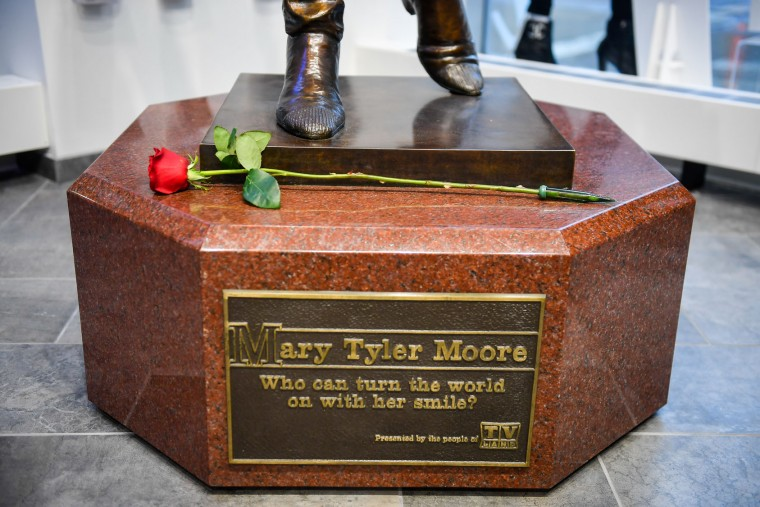 A single rose was placed on a Mary Tyler Moore statue located in the Meet Minneapolis visitor center on Wednesday, Jan. 25, 2017; the actress died Wednesday at 80. (Aaron Lavinsky/Minneapolis Star Tribune/TNS)