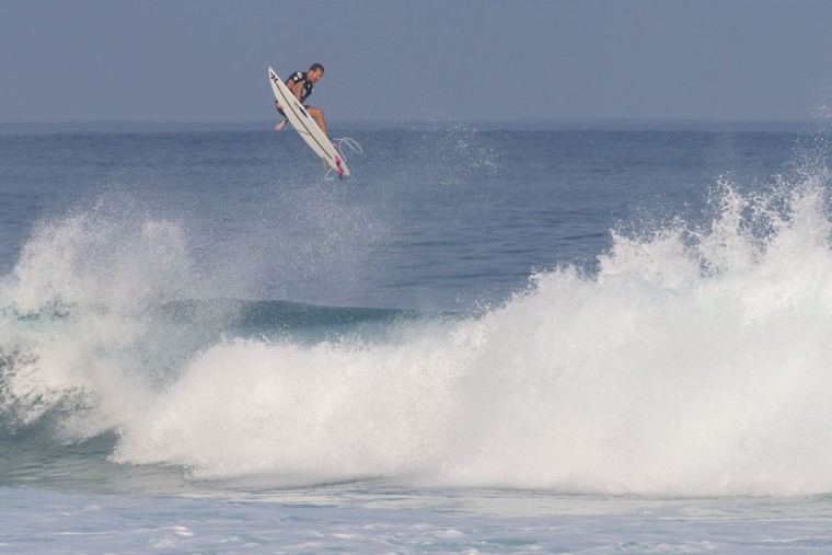 Brian Toth of Puerto Rico goes airborne during the 2017 Volcom Pipe pro at Pipeline February 4, 2017, on the North shore of Oahu Island in Hawaii. (AFP PHOTO / brian bielmann)