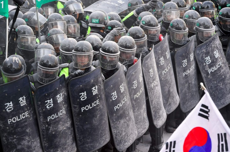 South Korean supporters of Park Geun-Hye clash with police after the announcement of the Constitutional Court over the impeachment of South Korea's President Park Geun-Hye in Seoul on March 10, 2017.The rival crowds outside South Korea's constitutional court on March 10 for the verdict on impeached president Park Geun-Hye epitomised the opposing passions and generational splits over the country's sweeping political scandal. / (AFP Photo/Jung Yeon-je)