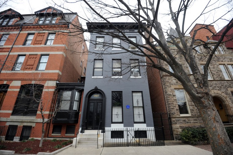 The home in the center is the former Bolton Hill home of F. Scott and Zelda Fitzgerald at 107 Park Ave. where they lived there while Zelda was getting mental treatment. (Algerina Perna/Baltimore Sun)
