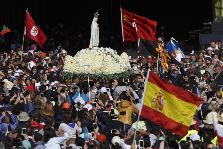 Men carry a statue of Our Lady Of Fatima during a procession before the ceremony of canonization at the Sanctuary of Fatima in Portugal. (Photo by Pablo Blazquez Dominguez/Getty Images)