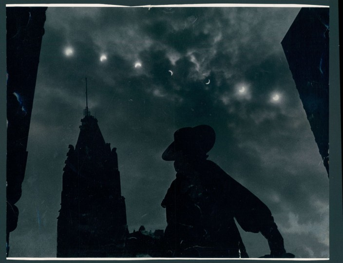 Eclipse of sun from the steps of Baltimore's court house. Photo dated May 1970. (Kniesche/Baltimore Sun)
