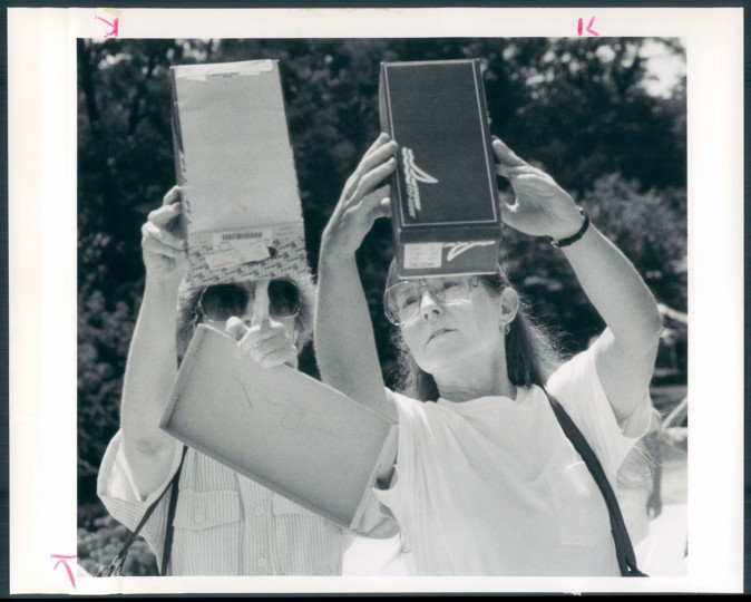 Viewing a solar eclipse through boxes in July 1991. (Baltimore Sun archives)