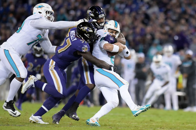 C.J. Mosley and Za'Darius Smith combined for a sack to end the 2nd quarter. (Ulysses Munoz/Baltimore Sun)