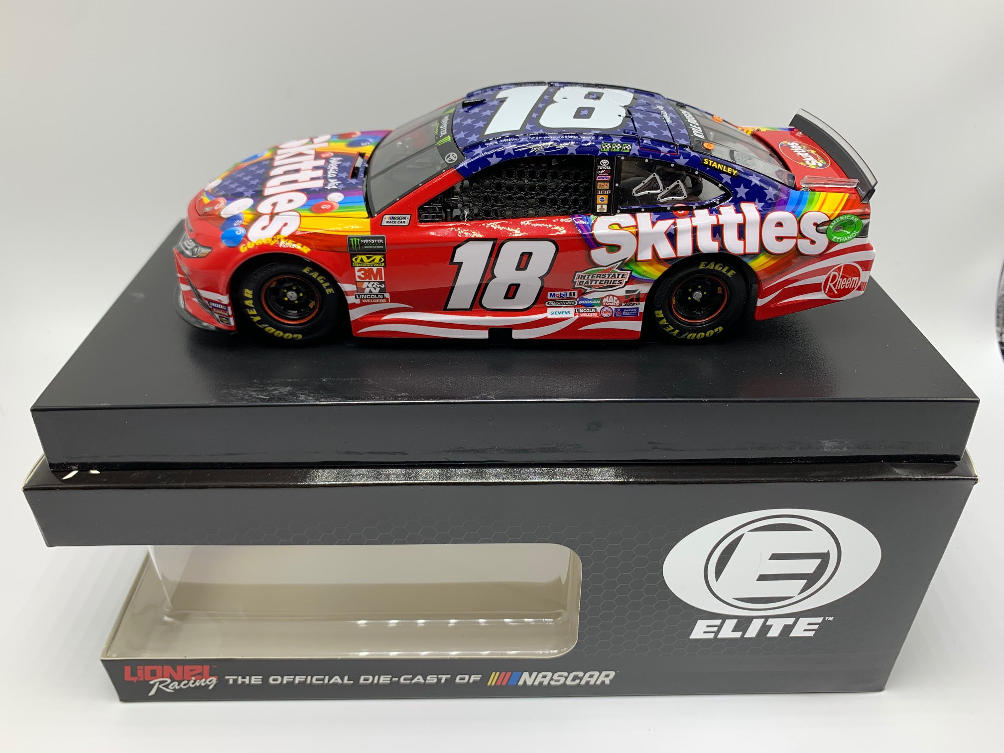 KY BUSCH 1/24 ELITE SKITTLES RED, WHITE AND BLUE 19 CAMRY - DIN #1