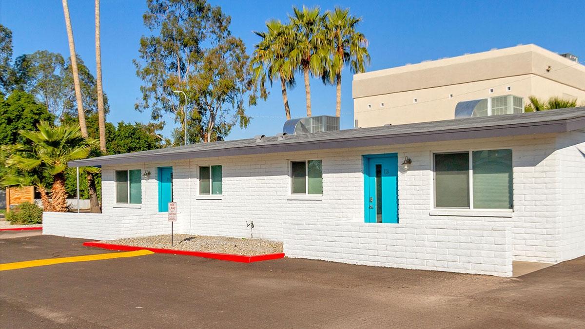 Sir John's | 3141 North 37th Street, Phoenix, AZ 85018 | 14 Units | $2,700,000 | $192,857 Per Unit | $226.89 Per SF