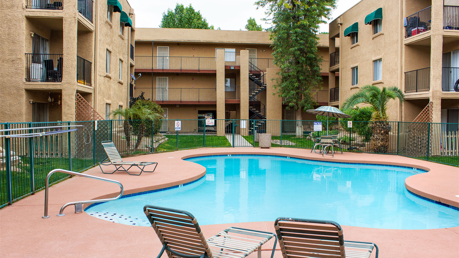 Cambridge Square Apartment Homes | 6060 West Royal Palm Road, Glendale, AZ 85302 | 156 Units | Built in 1984 | $9,100,000 | $58,333 Per Unit | $82.15 Per SF