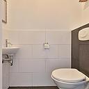 Op zoek naar een goed onderhouden woning met lekker veel leefruimte? Dan is dit huis zeker iets voor u! Deze mooie, goed onderhouden en uitgebouwde tussenwoning met een lichte inbouwkeuken, keurig en modern sanitair, een ruime uitgebouwde woonkamer, veranda, 4 slaapkamers en een dakkapel is zeker het bekijken waard. Het huis is gelegen aan de rand van de kindvriendelijke en jonge woonwijk