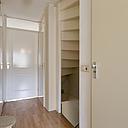 Starters opgelet! Leuke, ruime en goed onderhouden tussenwoning met een tuingerichte woonkamer, een witte inbouwkeuken met apparatuur, keurig sanitair, 4 slaapkamers en een zonnig dakterras. De woning is gelegen aan een rustig, ruim opgezet pleintje. Kortom; het bezichtigen waard!