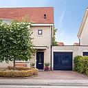 Laat u verrassen door deze heerlijke gezinswoning! Vrij, aan groenstrook gelegen, ruim helft van een dubbel woonhuis met mooie woonkamer, inbouwkeuken, keurig sanitair, 3 slaapkamers, een grote zolder en een garage.