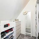Op zoek naar een leuke, ruime, aantrekkelijke woning welke je naar eigen smaak kunt aanpassen? Dan is dit huis zeker iets voor u! Deze jaren 50 woning ligt op loopafstand van het Goffertpark en heeft een zonnige woonkamer, een dichte keuken, 4 slaapkamers en een mooie diepe tuin. Optioneel is de garagebox, achter het huis gelegen, erbij te kopen.