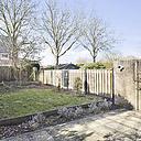 """Vind je het niet erg om zelf iets aan een woning te moeten doen, dan is deze mooie woning wellicht iets voor jou! Deze keurige tussenwoning is mooi gelegen, heeft een ruime woonkamer, net sanitair, een HR combiketel uit 2017, 3 slaapkamers en een diepe tuin. Een leuke (starters-)woning die zeker het bekijken waard is!    De woning is gelegen in de woonwijk """"de Zilverkamp"""". Dit gedeelte van de Zilverkamp kenmerkt zich door de ruime opzet met veel groen en waterpartijen. Het centrum van Huissen ligt op 5 minuten loopafstand. Dit geldt ook voor diverse basisscholen, kinderopvang, winkelcentrum """"de Brink"""" en het openbaar vervoer. De wijk is kindvriendelijk en autoluw, met alleen bestemmingsverkeer. Al deze eigenschappen maken deze wijk tot een geliefd stukje Huissen."""