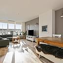 Heel veel centraler kun je niet wonen dan in dit nette 3 kamer appartement met balkon en berging. Op enkele passen gelegen van het stadscentrum en het centraal station en via de Nelson Mandelabrug ben je zo de stad uit. Het appartement is ruim (77 m2), lekker licht, heeft een grote woonkamer, dichte keuken en 2 slaapkamers.
