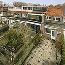Bent u op zoek naar een leuke starters- en/of kluswoning? Dan is deze woning zeker iets voor u! Deze jaren 30 tussenwoning met ruime achtertuin, 3 slaapkamers, badkamer en keuken is gelegen in de luwte van de stad. De woning dient op diverse punten gemoderniseerd te worden.    De woning is gelegen nabij de groene uiterwaarden, natuurgebied Meinerswijk en bovendien is de woning gunstig gesitueerd t.o.v. uitvalswegen en de voorzieningen in Arnhem-Zuid èn Noord. Het gezellige centrum van Arnhem is binnen 10 fietsminuten bereikbaar.