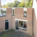 In een rustige, groene woonwijk, nabij winkelcentrum de Laar, ligt deze goed onderhouden tussenwoning met een zonnige woonkamer, inbouwkeuken, 3 slaapkamers, modern sanitair, 2 parkeerplaatsen op eigen terrein en een mooie verzorgde voor- en achtertuin. Tot ziens op de Domburgpad 26!